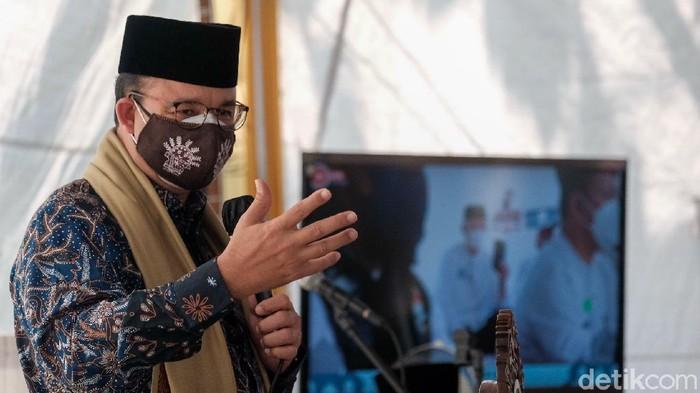 Gubernur DKI Jakarta Anies Baswedan meletakkan batu pertama untuk pembangunan Masjid At-Tabayyun Jakbar. Anies dan jemaah kemudiaan melaksanakan salat Jumat.