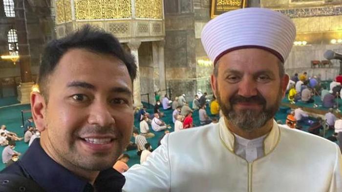 Raffi Ahmad bertemu dan foto bareng, Ferruh Musteur, salah satu imam besar Masjid Hagia Sophia