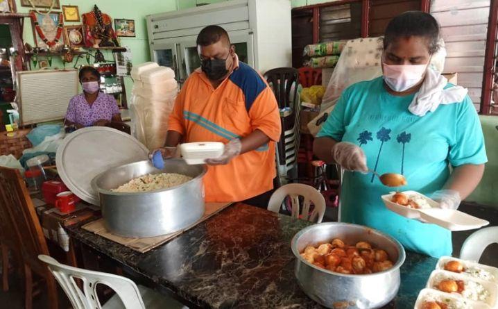 Rumah makan di Malaysia bagikan 600 boks nasi gratis untuk yang membutuhkan di tengah pandemi