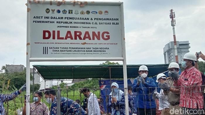 Satgas BLBI melakukan penyitaan aset sebidang tanah di Jalan Cik Ditiro, Medan. Di lokasi, dipasang pelang peringatan. (Ahmad Arfah/detikcom)