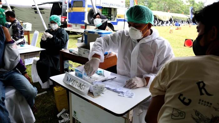 CT Arsa Foundation bekerja sama dengan Pasmar 1 Korps Marinir TNI AL melakukan serbuan vaksinasi dan donasi di wilayah pesisir, Muara Gembong, Bekasi, Jawa Barat.