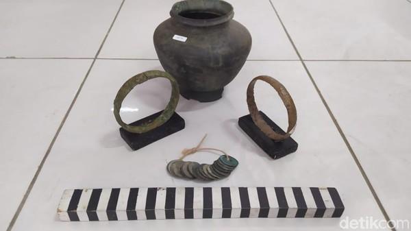 Berbagai artefak juga ditemukan di situs Ngloram. Ada uang logam, gelang, hingga tembikar. Diduga lokasi tersebut merupakan bekas Kerajaan Ngloram yang dipimpin oleh Sri Aji Wora - Wari.