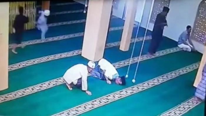 Tangkapan layar jemaah yang wafat dalam posisi sujud di dalam masjid di Tanjungbalai (dok Istimewa)