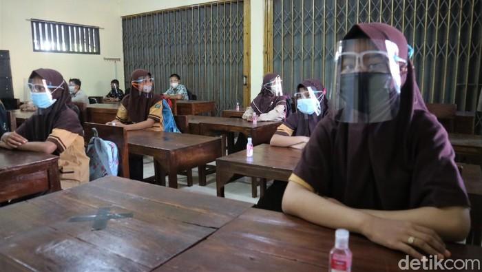 Pemkab Kudus mulai melakukan simulasi pembelajaran tatap muka (PTM) terbatas. Masih menerapkan PPKM level 2, simulasi itu pun hanya digelar di 3 sekolah.