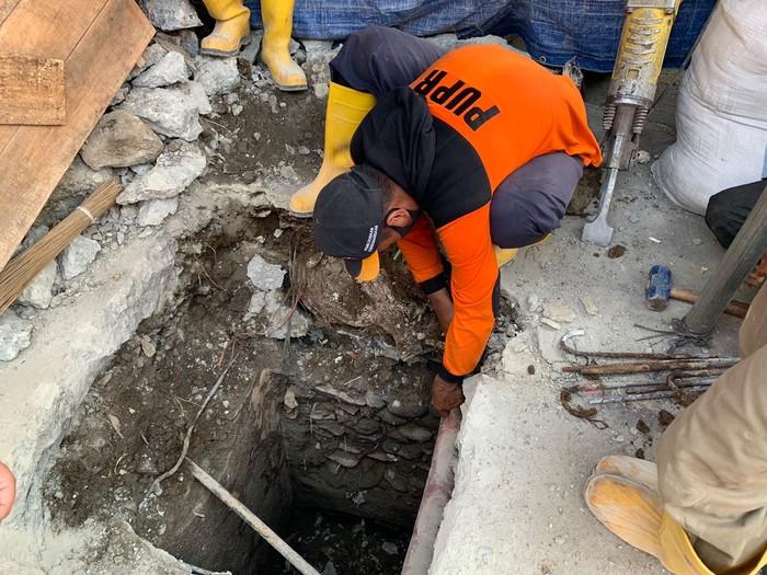 Wali Kota Bogor, Bima Arya Sugiarto menyampaikan terkait penemuan bangunan tua oleh Tim Dinas Pekerjaan Umum dan Perumahan Rakyat (PUPR) Kota Bogor.