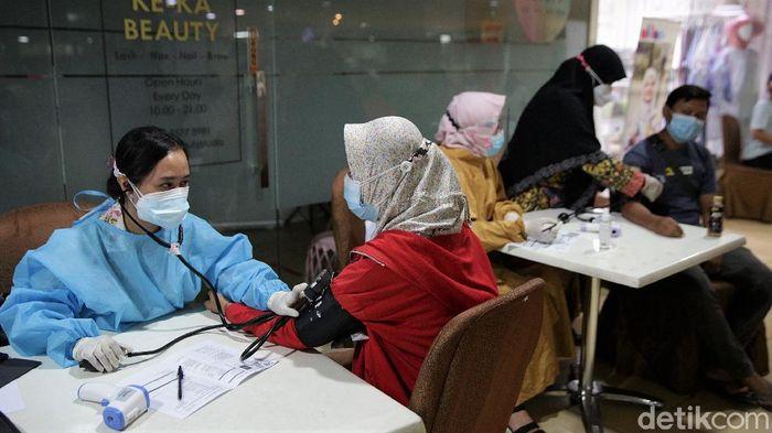 Vaksinasi Pfizer di Bekasi sudah dibuka di beberapa tempat. Vaksin itu pun dibuka untuk anak usia 12 tahun ke atas dan ibu hamil.