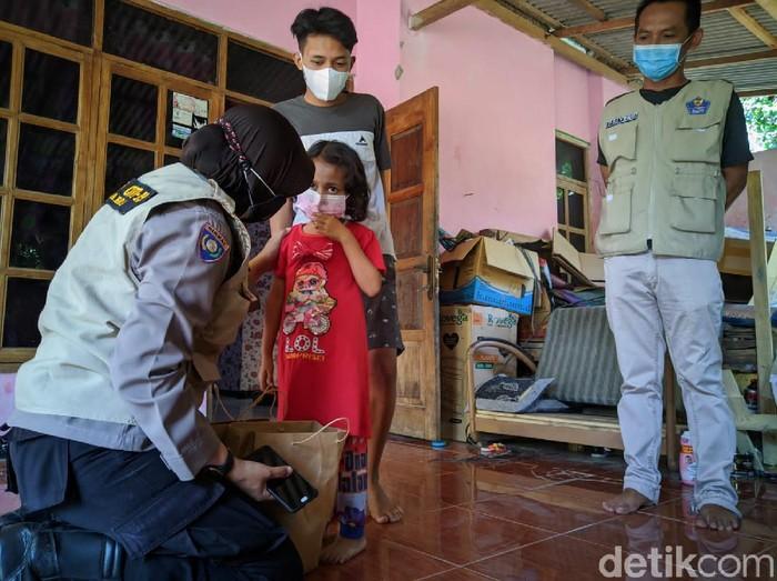 Pandemi COVID-19 menjadi duka bagi 39 anak di Ponorogo. Sebab, orang tua mereka meninggal terpapar COVID-19.