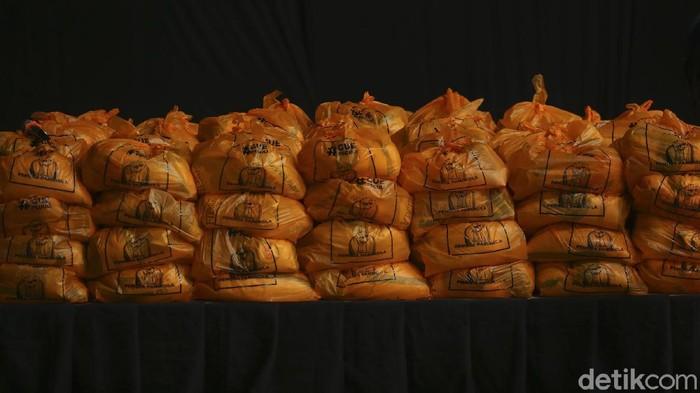 Organisasi Kemasyarakatan (Ormas) Pemuda Pancasila membagikan 20.000 paket sembako untuk warga Jakarta yang terdampak COVID-19.