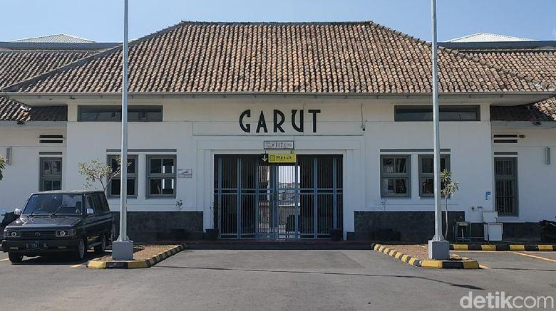 Bangunan utama Stasiun Garut lama yang kini direnovasi