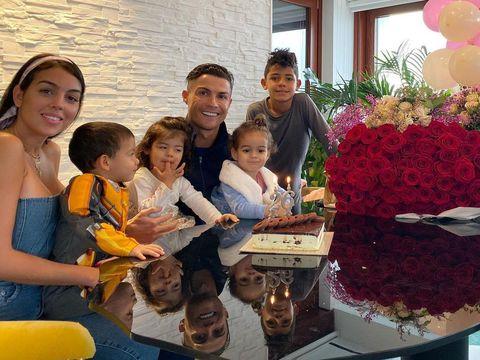 Cristiano Ronaldo dan Georgina Rodriguez Pamer Momen Manis Saat Makan Bareng Anak