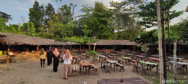 Saat masuk ke Kampung Jawi, pengunjung langsung disuguhi suasana tempat makan dengan bangunan dari bambu dan kayu. Meja kursi untuk pengunjung sengaja dibuat sederhana khas desa zaman dulu.