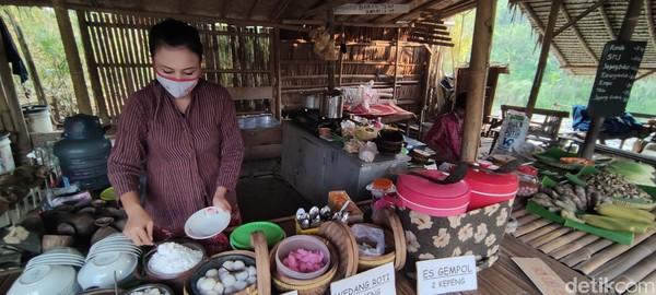 Jangan khawatir harga kuliner jadi mahal dengan mata uang Kepeng, karena harga paling mahal di sana hanya 4 Kepeng. Satu Kepeng seharga Rp 3.000, jika ketika akan pulang Kepeng masih sisa, bisa ditukar lagi dengan rupiah.