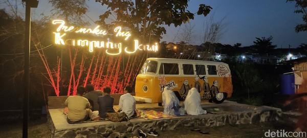 Kampung Jawi, Kota Semarang Jawa Tengah menjadi pusat kuliner dengan suasana desa yang digandrungi.