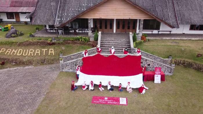 Komunitas Rajut Persembahkan Bendera Merah Putih Raksasa, Raih Rekor MURI