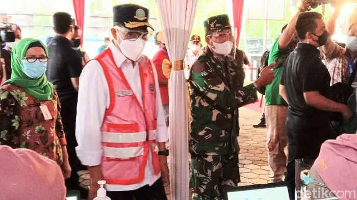 Menteri Perhubungan Budi Karya Sumadi meninjau vaksinasi di Purworejo.