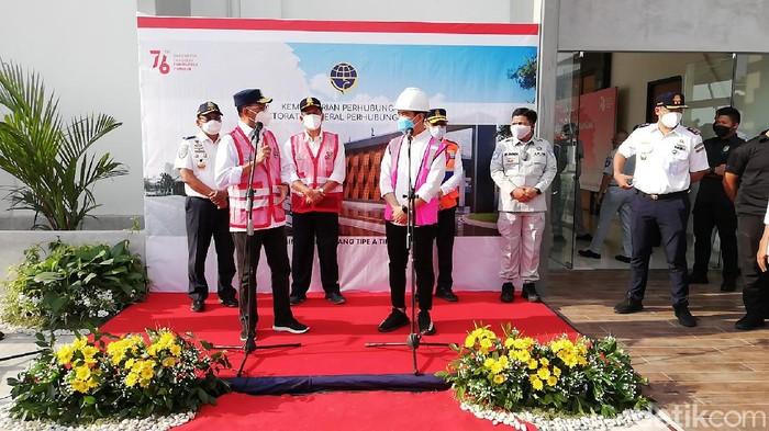 Menteri Perhubungan (Menhub) Budi Karya Sumadi didampingi Wali Kota Solo Gibran Rakabuming Raka saat meninjau revitalisasi terminal Tirtonadi, Solo, Sabtu (28/8/2021).