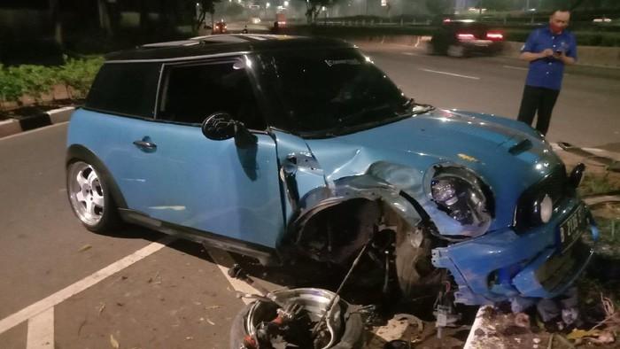 Mini Cooper kecelakaan di Senayan, Sabtu (28/8/2021) dini hari.