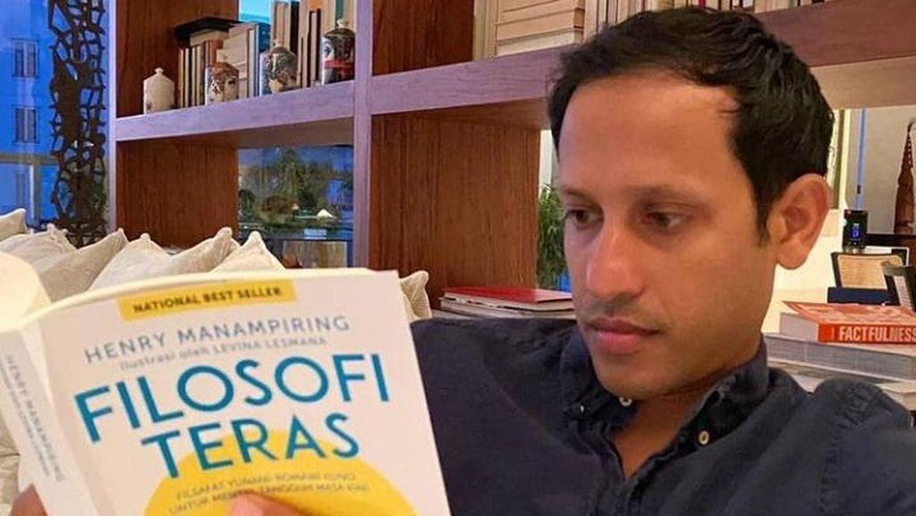 7 Potret Menteri Nadiem Akrab dengan Buku