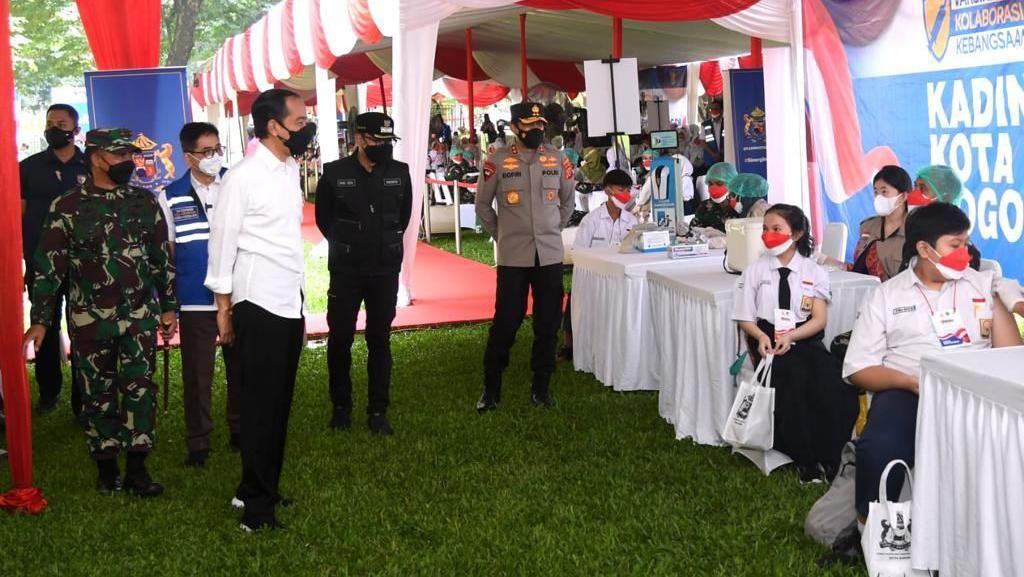 Tinjau Vaksinasi Siswa di Bogor, Jokowi Minta Lapor Gubernur Jika Kurang