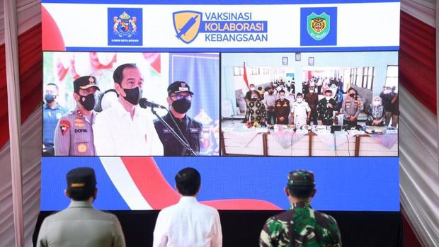 Presiden Jokowi meninjau Vaksinasi Kolaborasi Kebangsaan di Kebun Raya Bogor, Jabar