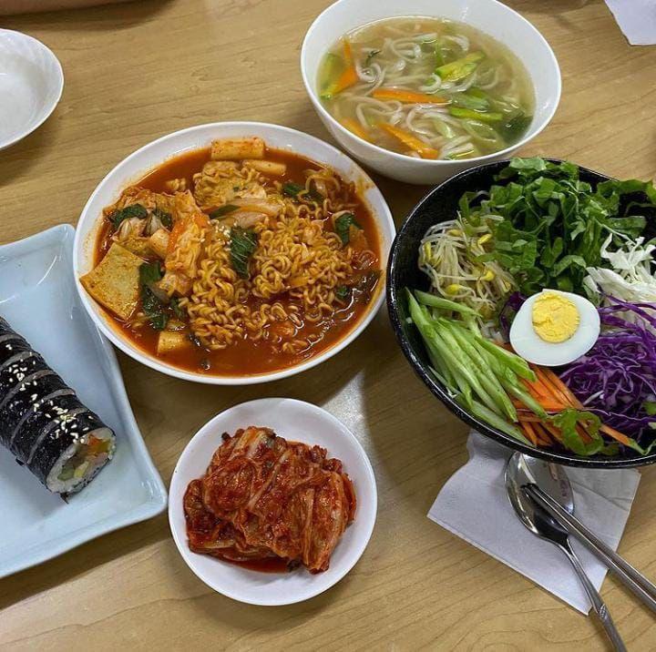 Asyik! Belanja Di 5 Supermarket Korea Ini Bisa Cicip Tteokbokki dan Ramyeon Enak