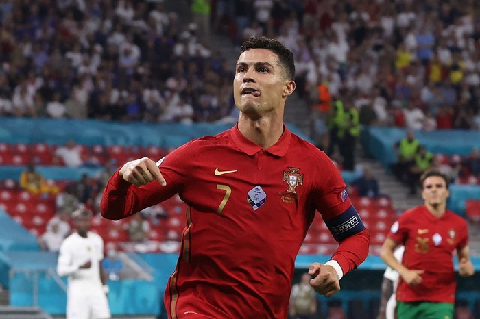 (FILES) In this file photo taken on June 23, 2021 Portugals forward Cristiano Ronaldo celebrates after scoring a second penalty kick during the UEFA EURO 2020 Group F football match between Portugal and France at Puskas Arena in Budapest on June 23, 2021. - Manchester United announced on Friday they have reached a deal to re-sign Cristiano Ronaldo from Juventus, 12 years after he left Old Trafford for Real Madrid. (Photo by BERNADETT SZABO / POOL / AFP)