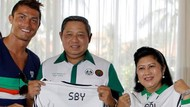 Melihat Lagi Momen SBY Terima Jersey Ronaldo dan Tanam Mangrove Bareng