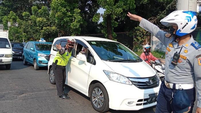 Situasi penjagaan di titik masuk kawasan ganjil genap Jalan Rasuna Said