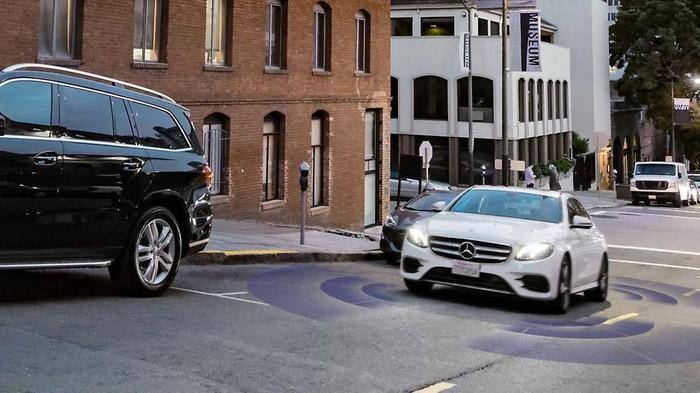 Teknologi pendeteksi lubang dan polisi tidur Mercedes-Benz