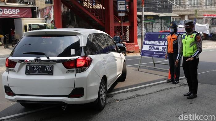 Polisi menetapkan tiga ruas jalan utama untuk pemberlakuan ganjil-genap di masa PPKM level 3. Salah satu titik ganjil-genap baru, yaitu di Jalan Rasuna Said.
