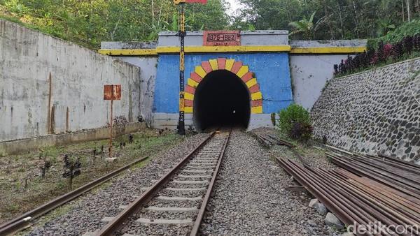 Pada tahun 70-an, masyarakat tidak berani melintas sendirian ke terowongan Lampegan. Sebabnya, beredar mitos Nyi Sadea dan banyaknya orang yang mengaku melihat sosok yang diduga Nyi Sadea. Namun sekarang, masyarakat sudah tak begitu takut untuk melintas terowongan tersebut saat tak ada kereta. (Ismet Selamet/detikTravel)