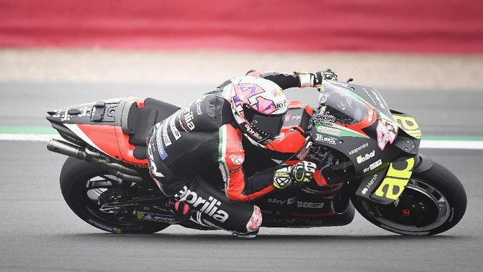 NORTHAMPTON, ENGLAND - AUGUST 27: Aleix Espargaro of Spain and Aprilia Racing Team Gresini rounds the bend during the MotoGP of Great Britain - Free Practice at Silverstone Circuit on August 27, 2021 in Northampton, England. (Photo by Mirco Lazzari gp/Getty Images)