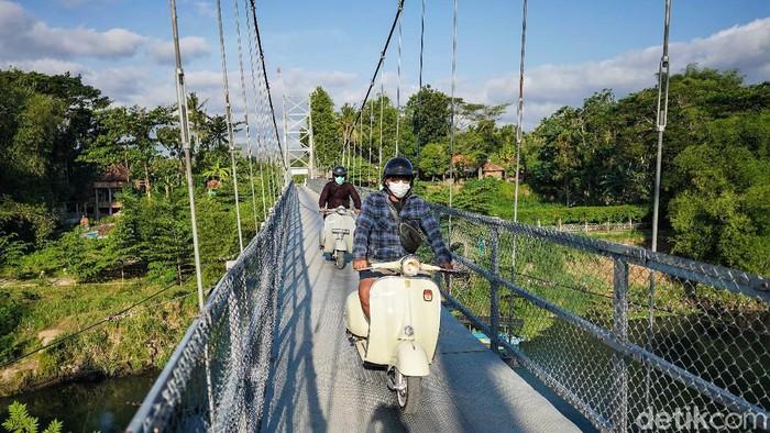 Meski terbilang kendaraan lawas, vespa punya daya tarik sendiri bagi para penikmatnya. Seperti komunitas ini yang kerap riding naik vespa keliling Yogyakarta.