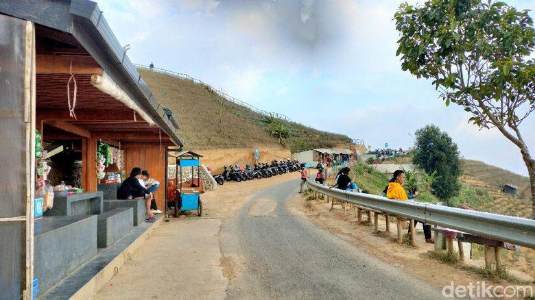 Objek wisata Bukit Panyaweuyan, Majalengka kembali dibuka setelah lama ditutup di masa PPKM. Namun sejak dibuka pada Kamis (26/8/2021), objek wisata di Kecamatan Argapura ini masih sepi pengunjung.