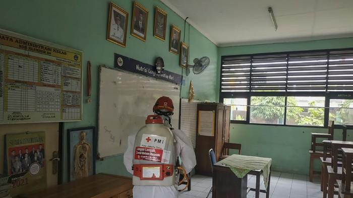 Sejumlah sekolah di Jakarta akan memulai sekolah tatap muka Senin (30/8) besok. Guna dukung kegiatan itu, PMI semprotkan cairan disinfektan di sejumlah sekolah.