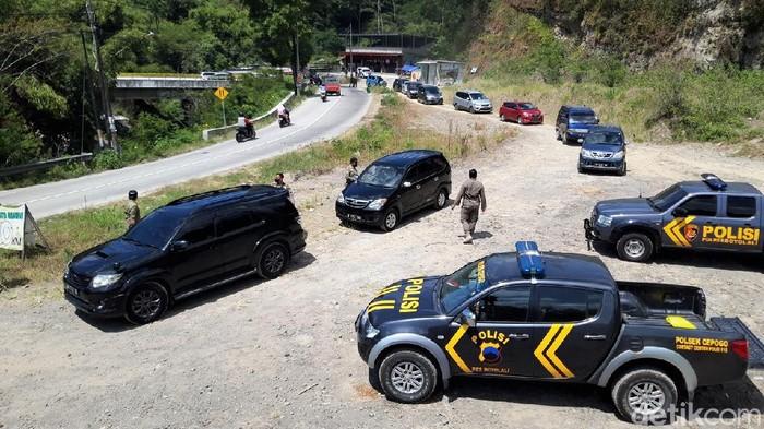 Petugas gabungan melakukan penyekatan di jalur utama menuju Selo, Boyolali, Jawa Tengah. Penyekatan dilakukan karena Boyolali masih memberlakukan PPKM level 4.