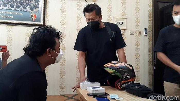 Jatanras Polda Jateng mengamankan AS, pelaku pemerasan eks ajudan Jokowi di Solo.
