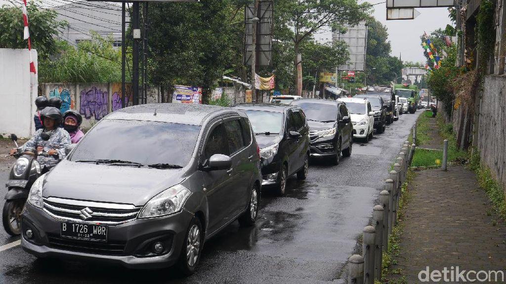 KBB Masih PPKM Level 3, Kendaraan Wisatawan Padati Jalan Raya Lembang