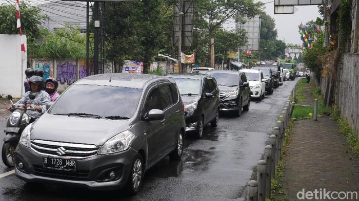 Kendaraan wisatawan padati Jalan Raya Lembang, Bandung Barat.