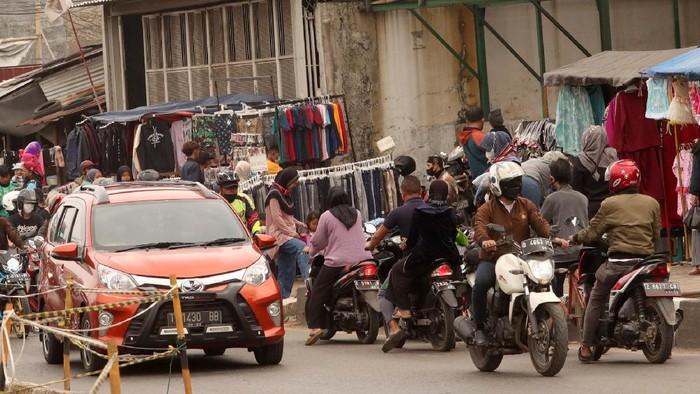 Ketidak disiplinan dalam berlalu lintas masih sering terjadi di masyarakat. Seperti melawan arus yang terjadi di jalur Bandung-Garut ini. Menantang maut?