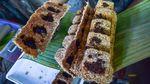 Melihat Pembuatan Sagu Gula Secara Tradisional di Maluku