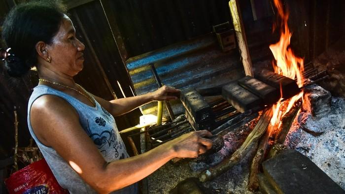 Sagu gula merupakan makanan khas Maluku yang berbahan dasar tepung sagu. Proses pembuatannya pun masih dilakukan secara tradisional. Seperti apa pembuatannya?