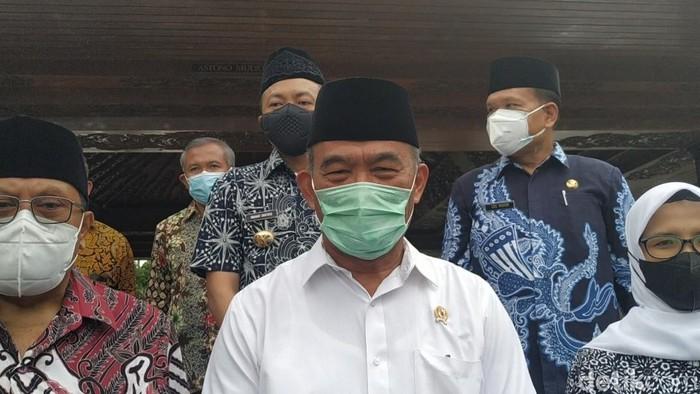 Bupati Jember menerima honor pemakaman COVID-19. Menurut Menko PMK Muhadjir Effendy, pejabat harus membuat keputusan bijak di masa prihatin terdampak Corona.