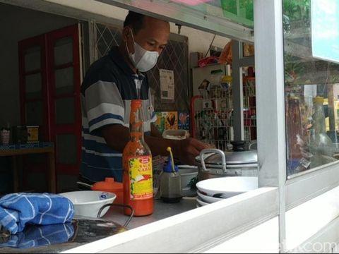 Namanya 'Mie Ayam Pak Alex'. Tapi pemilik kios di Jalan WR Supratman ini bukan Alex, melainkan Adi Wantoro.