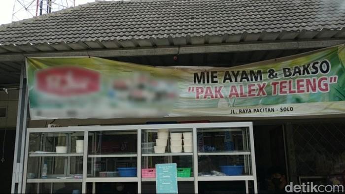 Namanya Mie Ayam Pak Alex. Tapi pemilik kios di Jalan WR Supratman ini bukan Alex, melainkan Adi Wantoro.