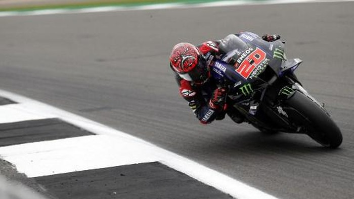 Yamaha French rider Fabio Quartararo rides his motorbike during the MotoGP race of the motorcycling British Grand Prix at Silverstone circuit in Northamptonshire, central England, on August 29, 2021. (Photo by Adrian DENNIS / AFP)