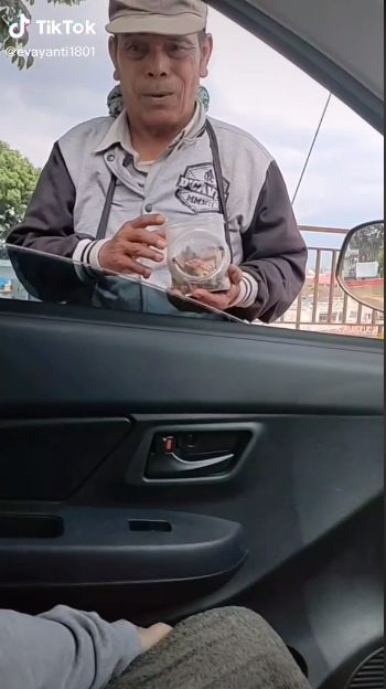 Jualan Permen Kopi  Rp 1.000, Pria Ini Malah dapat Rezeki Rp 3 juta