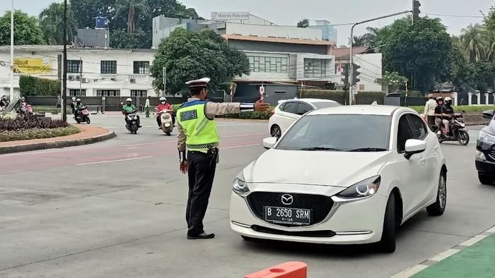 Penyekatan ganjil genap di Bunaran Senayan, Jakarta, Minggu (29/8/2021). Ada pelat RFY yang lolos penyekatan.