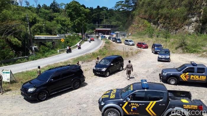Petugas gabungan melakukukan penyekatan di Jurang Grawah, jalur menuju ke Kecamatan Selo, Kabupaten Boyolali, Minggu (29/8/2021).