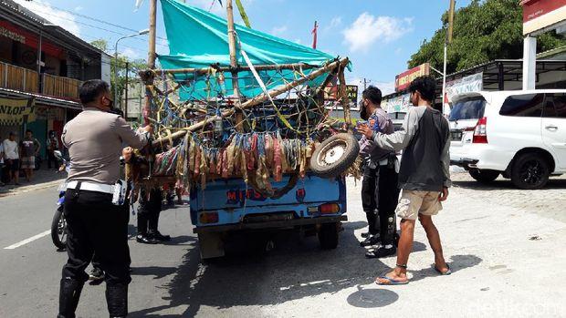 Petugas Satlantas Polres Boyolali mengangkut sepeda motor vespa modif ekstrim ke Mako Satlantas, Minggu (29/8/2021).
